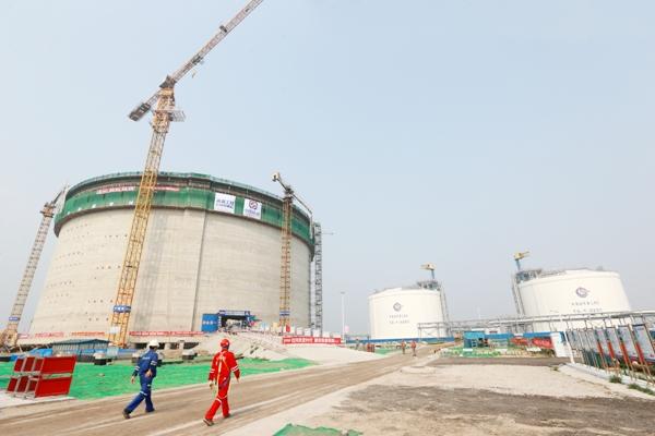 6月29日,我国完全自主设计、建造的最大直径16万立方米LNG(液化天然气)储罐成功实现气压升顶作业。此次升顶作业应用5项中国自主专利技术,打破了国外技术垄断,填补了中国在该领域的技术空白,对中国LNG产业发展具有里程碑意义。 该储罐是天津LNG替代工程的核心部分,位于滨海新区,由中海油天津液化天然气有限责任公司投资,海洋石油工程股份有限公司总承包建设,气电集团技术研发中心提供核心技术。 LNG储罐是LNG接收站的核心装置,也是投资最大的单体设施。此次升顶的储罐容积16万立方米,直径84米(目前国内同等