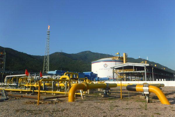10月29日,承载着优化调整能源结构、支援北方冬季天然气保供任务的应急工程管线深圳LNG至大鹏LNG联通线工程(1.2公里联通线)正式建成通气,标志着深圳LNG可在今年冬季保供期为北方提供约1500万方/天的清洁能源,为国家天然气保供工作做出实实在在的贡献。 深圳LNG接收站位于深圳市大鹏新区,占地面积27公顷,是中国海油与深圳市能源战略合作的重大项目。项目建设规模为四个16万方大容量储罐、一座8 万26.6 万方LNG 船专用泊位及配套气化外输设施,设计处理规模为400万吨/年。按照国家天然气产供